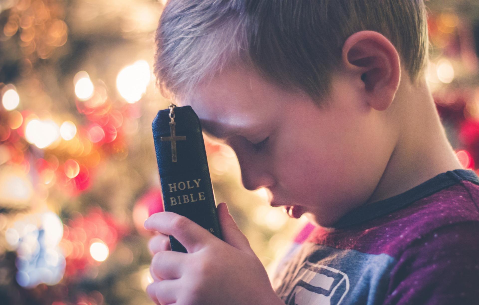 子どもが祈っている